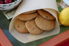 Cookies de farinha de aveia caseiros com passas em uma bandeja Fotografia de Stock