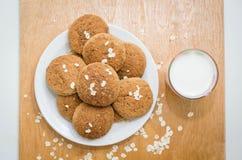 Cookies de farinha de aveia caseiros na placa e no vidro do leite Imagem de Stock Royalty Free