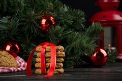 Cookies de farinha de aveia com decoração do Natal Fotografia de Stock Royalty Free
