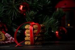 Cookies de farinha de aveia com decoração do Natal Imagens de Stock
