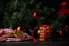Cookies de farinha de aveia com decoração do Natal Fotografia de Stock