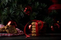 Cookies de farinha de aveia com decoração do Natal Fotos de Stock Royalty Free