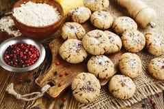 Cookies de farinha de aveia de sal com queijo e pimenta fotografia de stock