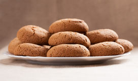 Cookies de farinha de aveia em uma placa branca Fotos de Stock Royalty Free