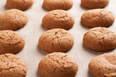 Cookies de farinha de aveia na toalha de mesa de serapilheira Imagens de Stock