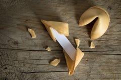 Cookies de fortuna chinesas com um deslizamento de papel vazio para o predicti fotografia de stock