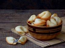 Cookies de fortuna na bacia imagem de stock royalty free