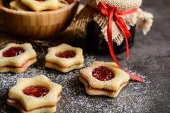Cookies de Linzer do Natal com doce Fotografia de Stock Royalty Free