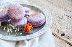 Cookies de Macaron em uma placa Fotos de Stock Royalty Free