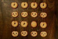 Cookies de manteiga dinamarquesas para feriados & x28; View& aéreo x29; na tabela de Brown Fotografia de Stock Royalty Free