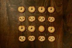 Cookies de manteiga dinamarquesas para feriados & x28; View& aéreo x29; na tabela de Brown Foto de Stock Royalty Free