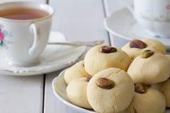 Cookies de manteiga egípcias de Ghorayeba com o chá horizontal imagens de stock royalty free