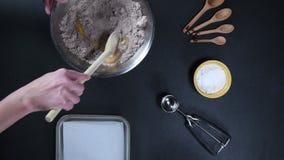 Cookies de mistura do chocolate com colher de madeira video estoque