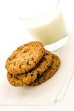 Cookies de passa da farinha de aveia e vidro do leite Imagens de Stock Royalty Free