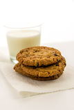 Cookies de passa da farinha de aveia e vidro do leite Fotos de Stock Royalty Free