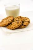 Cookies de passa da farinha de aveia e vidro do leite Fotografia de Stock