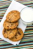 Cookies de passa da farinha de aveia e vidro do leite Fotografia de Stock Royalty Free
