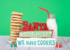 Cookies de Santa Stop Here We Have com cookies dos pedaços de chocolate Fotos de Stock Royalty Free