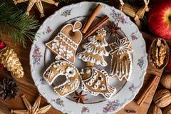 Cookies decoradas do pão-de-espécie do Natal em uma placa branca Imagens de Stock Royalty Free