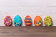 Cookies deliciosas da Páscoa no fundo de madeira Conceito de Easter fotografia de stock