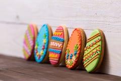 Cookies deliciosas da Páscoa no fundo de madeira Conceito de Easter fotos de stock