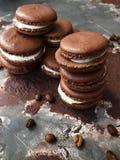 Cookies deliciosas do chocolate com opinião do creme da baunilha foto de stock royalty free