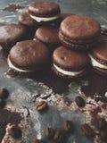 Cookies deliciosas do chocolate com opinião do creme da baunilha fotografia de stock
