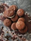Cookies deliciosas do chocolate com opinião do creme da baunilha fotografia de stock royalty free