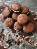 Cookies deliciosas do chocolate com opinião do creme da baunilha foto de stock