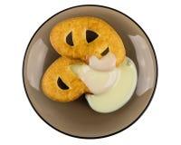 Cookies dentro com leite condensado em uns pires isolados no branco imagem de stock
