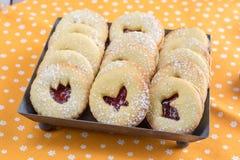 Cookies detalhadas da Páscoa de Linzer com um doce de morango, sagacidade espanada Foto de Stock Royalty Free