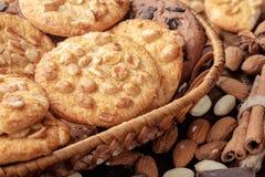 Cookies do amendoim e cookies dos pedaços de chocolate fotos de stock