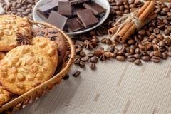 Cookies do amendoim e cookies dos pedaços de chocolate na cesta de vime fotografia de stock royalty free