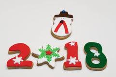 Cookies 2018 do ano novo do Natal no fundo branco Foto de Stock Royalty Free