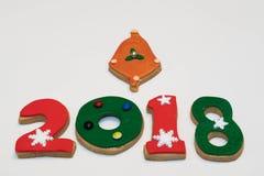 Cookies 2018 do ano novo do Natal no fundo branco isolado Imagens de Stock Royalty Free