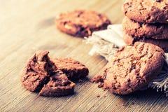 Cookies do biscoito do chocolate Cookies do chocolate no guardanapo de linho branco na tabela de madeira Fotografia de Stock Royalty Free