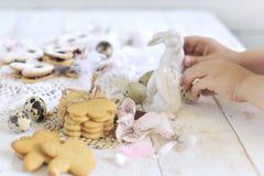 Cookies do Bisque para a Páscoa, em um fundo claro com os punhos do ` s das crianças Cozimento caseiro fotos de stock royalty free