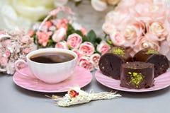 Cookies do café e da estrela com flores cor-de-rosa fotografia de stock royalty free