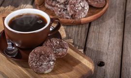 Cookies do caramelo de chocolate e xícara de café cozinhar fotografia de stock royalty free