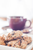 Cookies do cereal do close up com o copo de café violeta Fotografia de Stock