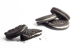 Cookies do chocolate com creme no fundo branco Fotografia de Stock