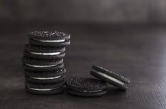 Cookies do chocolate com enchimento de creme da baunilha fotos de stock