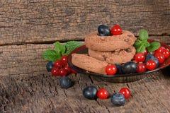 Cookies do chocolate com mirtilos e os corintos vermelhos Imagem de Stock Royalty Free