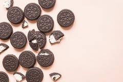 Cookies do chocolate e do creme de Oreo fotografia de stock