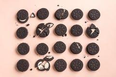 Cookies do chocolate e do creme de Oreo foto de stock