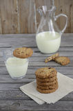 Cookies do chocolate e do arando com leite na tabela de madeira imagens de stock royalty free