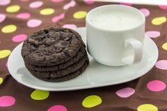 Cookies do chocolate e vidro do leite Fotos de Stock