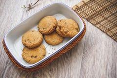 Cookies do chocolate em uma cesta fotografia de stock