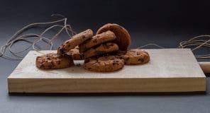 Cookies do chocolate em uma placa de corte de madeira Foto de Stock