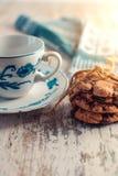 Cookies do chocolate em uma tabela de madeira fotografia de stock royalty free